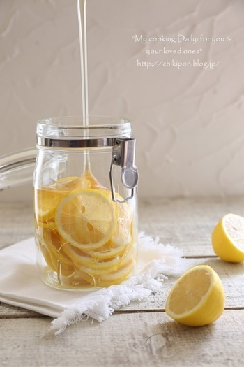 固まりにくく癖のないアカシアのはちみつを使用したはちみつレモンは、常備しておけば、お料理にお菓子にドリンクに大活躍すること間違いなし!透明のガラス瓶に入れておけば、見た目もなんだかお洒落です。