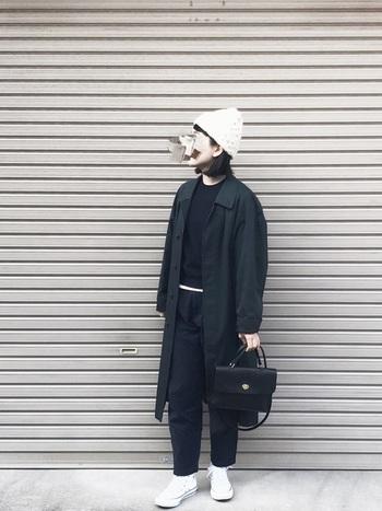 意外に思うかもしれませんが、どんな色とも相性がよい白のニット帽はひとつ持っていると重宝します! ブラックコーデのポイントに白のスニーカーと一緒にあわせる上級者テクニックは見習いたいですね♪