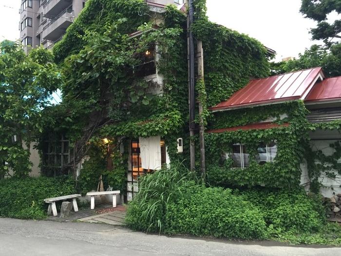 50年前の古民家をカフェに改装し、住宅街の中に自然に溶け込んでいます。