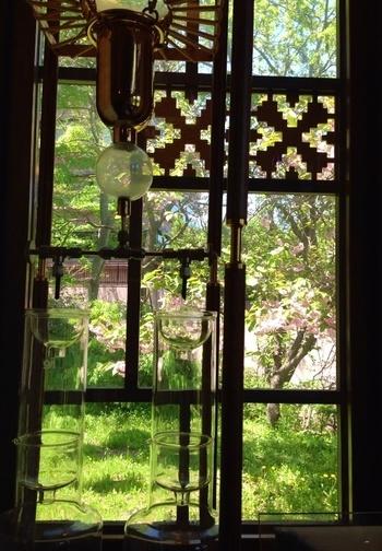 幾何学的な照明器具、造り付けの長椅子や小窓、各所に組み込まれた窓飾りなど、インテリアも印象的。