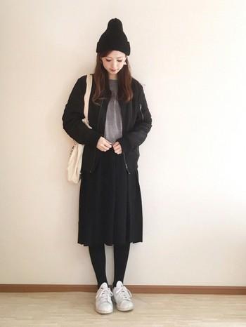 黒のMA-1とスカートがメインのモノトーンコーディネートを引き締める黒のニット帽。モノトーンコーデをバランスよくまとめる小物として、黒のニット帽は欠かせません♪