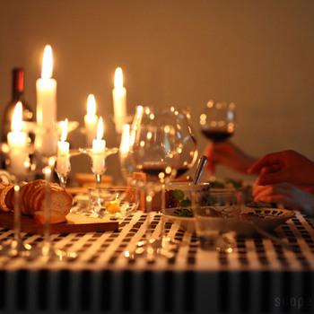 夕食にキャンドルを灯すことは、特別ではなく、日常。 不思議と人と人の距離も縮まります。