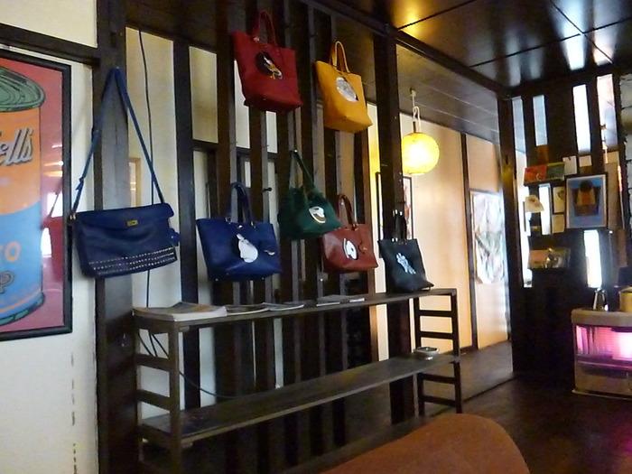 革職人でもある店のオーナーはバックやベルトなど、革製品も作って展示・販売してます。有名人のファンも多く、北海道でおなじみの大泉洋さんも愛用しているとか。