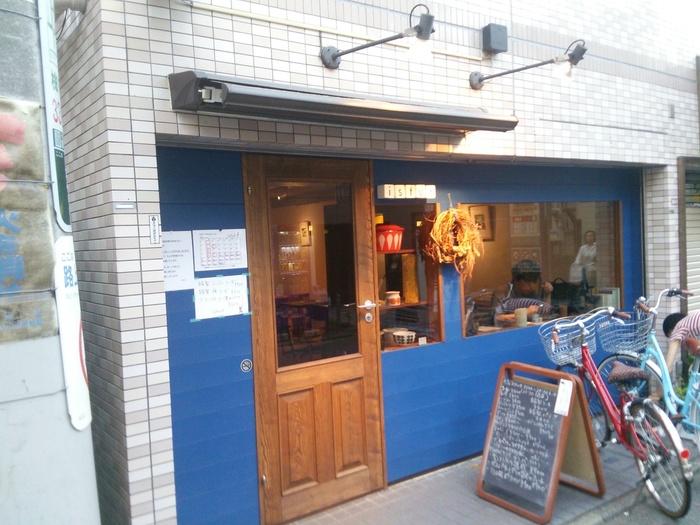 北欧カラーブルーの壁が印象的な外観はフィンランドの街角のような素敵な佇まいのお店です。