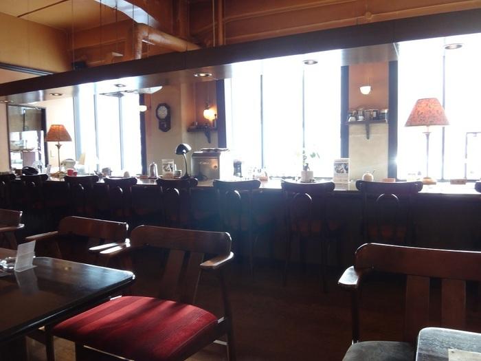 ブラウン色の大きな木製の長いカウンターと大正モダンな空間。