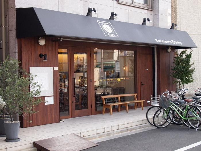 東急世田谷線の松陰神社前駅のホームからも見える場所にある、シックな外観のパンの人気店がこちらの「ブーランジェリースドウ」です。