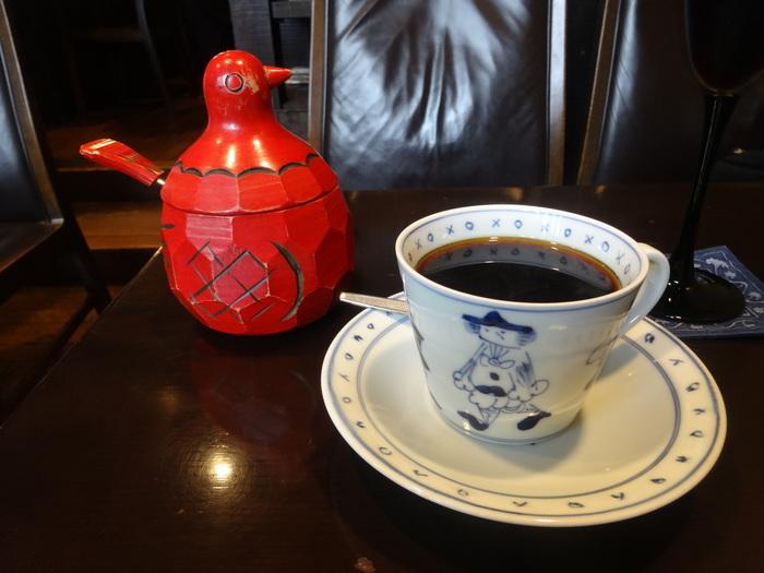 北海道のミネラルウォーターを使用し、自家焙煎したコーヒー豆をネルドリップで一杯一杯提供する。コクの強いしっかりとした味わいは、30年以上にわたって愛され続けています。珈琲を飲む前にリセットとして炭酸水も提供されるこだわりぶり。