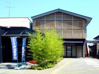岩出山は伊達政宗が築いた城下町です。その岩出山で武士の内職として「篠竹細工」が始まり、今では300年近い歴史を誇る伝統工芸となっています。この竹工芸館では予約をすれば篠竹細工を作る体験もできます。(※手作り体験は1週間前の予約が必要です。)  太さの違うひごを使って底はしっかりと固めに、横は細めのひごが流れるように編まれた篠竹細工は、安定感抜群で長く使いたい逸品です。