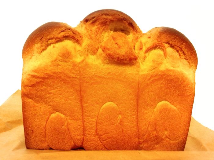 食パンも大人気で予約が必要なほど。 ホップを種に使い、リンゴ、ジャガイモ、米麹などをブレンドして種を育てるのが香りとがおいしさの秘密です。 焼いた当日は皮は香ばしく中はしっとりしているので、トーストする必要もないくらいですよ。