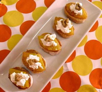 ブランデーを入れて焼いたパイナップルにクリームチーズとくるみをのせたカナッペ。洋酒にぴったりなおつまみとして重宝しそうです。