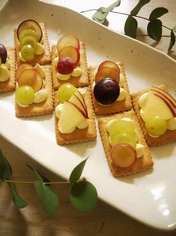 クリームチーズの上に、りんごやぶどうをのせたデザートカナッペ。とっても簡単にチーズケーキ風にできるのが嬉しい!