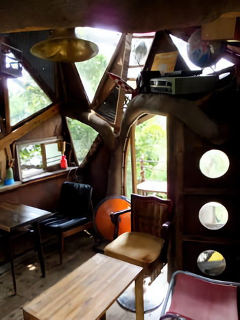 店内は、テーブルが2卓あります。席は5席程度。窓から見える緑に癒やされます♡ 雨風もすきまから通してしまうツリーハウスなのでこの時期はストーブが大活躍♪防寒対策もしっかりして出かけましょう。