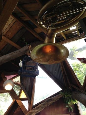 天井の巨大なラッパ(スーザフォン)が照明として再利用されています。