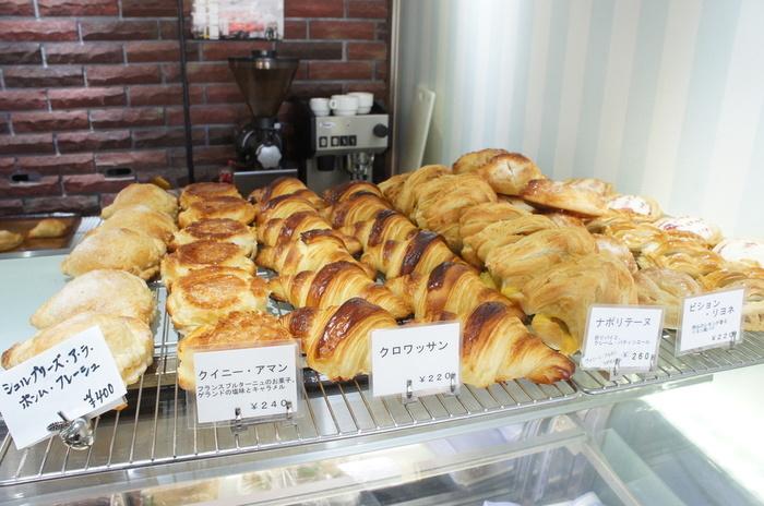 早めの時間に来店すると出来立てのパンがずらりと並んでいます。 人気のクロワッサンは、ほのかに甘みがあり、中はスポンジ生地のようにしっとりしています。