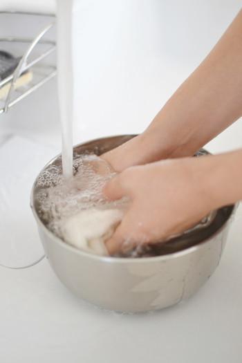 使い始めには水を通し、糊の成分を落としましょう。また、ついた汚れをしっかり落としたい時は煮洗いがオススメです。 【煮洗いの手順】 ① 大きめの鍋にふきんがかぶるくらい水を用意し、火にかけます。重層(水1Lに対して大さじ1程度)または粉石鹸(水1Lに対して小さじ2程度)を使う場合は、湯が温まってきたところに入れて溶かしておきます。  ② 沸騰した状態で5分~20分ほどふきんを煮ます。 ③ 水でゆすいでしっかり絞り、天日で干します。