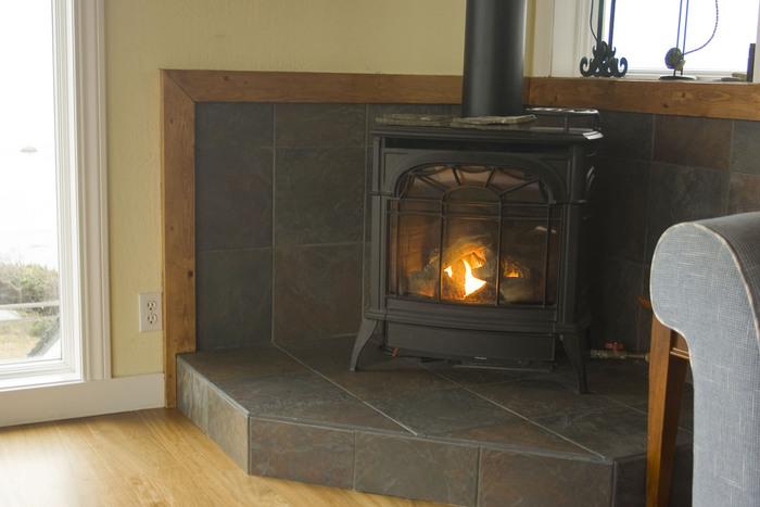 コンパクトでモダンな暖炉が部屋の片隅にちょこんとある光景もよく見かけます。