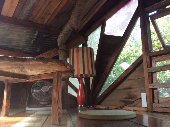 ツリーハウスの屋根裏に3~4名程度が座れるロフト席があります。靴を脱いでリラックス☆