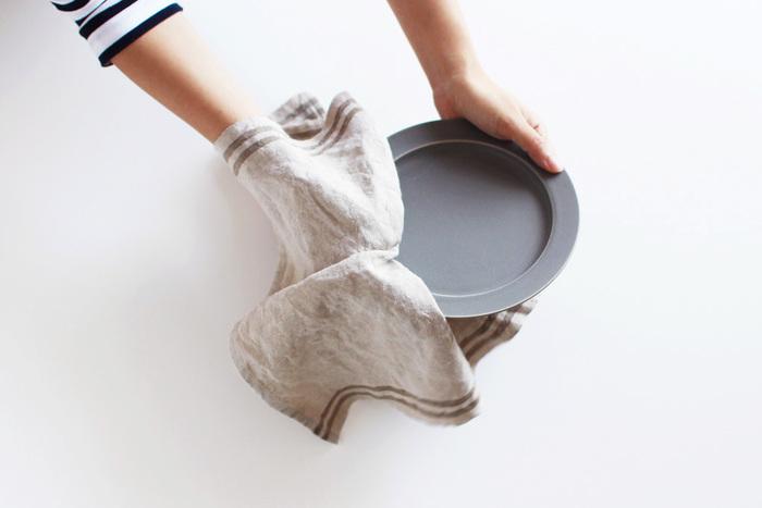 高い吸水性のおかげで、濡れたお皿をたくさん拭いてもクロスがビショビショになりにくく、水仕事の効率もぐんとアップします。また熟練の技術を用いて隙間なくみっちりと織られているので、とにかく丈夫。何度でも繰り返し洗いながら、本当に長く続けることができるキッチンクロスです。