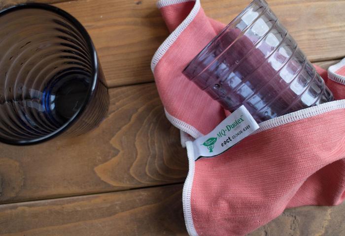 ポーランド製のこちらのクロスは、極細繊維がホコリや汚れを綺麗に絡め取ってくれ、水垢のような汚れでも水で少し湿らせて拭けばピカピカになります。洗剤も不要なので、台所回りのお掃除に使っても安心です。