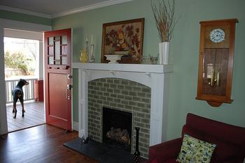 さわやかなライトグリーンの壁紙と、カラートーンを合わせたタイル装飾の暖炉が良く合います。