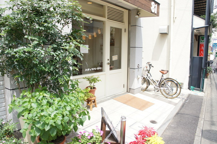最寄の駅は小田急線経堂駅ですが、世田谷線・豪徳寺駅から徒歩で15分ほどの場所にこちらの可愛らしいパン屋さんがあります。 ナチュラルな風合いのエントランスに、大きな「81」のロゴが目印です。