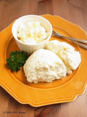 食パンのカナッペにあわせるチーズは、牛乳から作れるホームメイドチーズがおすすめ!市販のチーズとはひと味違う手作りの美味しさを楽しんでください。