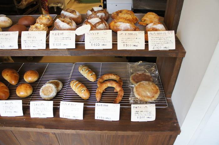 店内には様々な形をした焼き立てのパンが並んでいます。 お店のポリシーは、パンの1つ1つに丁寧に毎日我が子を育てるように心を込め、さらに保存料や添加物を使わないこと。甘くておいしいパンからお酒のつまみに合うパンまで品揃えも豊富です。