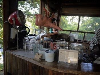 ドリンクはこちらで準備します。  コーヒーはオーダーを受けるとミルで挽くところからスタート。コーヒーの香りが店内を漂います。