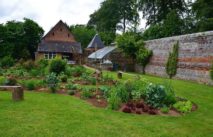 お庭なら、バードハウスを一緒に置いてみては?お庭に野鳥が毎日遊びにくるなんて、素敵ですよね。
