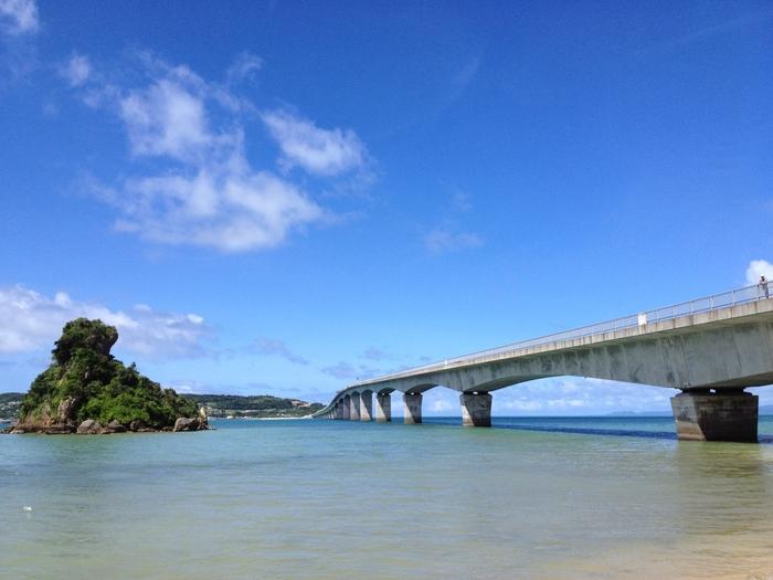 春の沖縄は、楽しみ方のバリエーションも豊富。海遊びをしたり、離島へ渡ったり、世界遺産を巡ったり…。いろいろな形で、沖縄を遊び尽くしましょう。2泊3日で十分なのもうれしいですね。