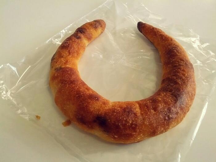 ハチイチベーカリーで人気の白みそくるみパン。細長い三日月型の生地の中には、白みそくるみがぎっしりと詰まっています。