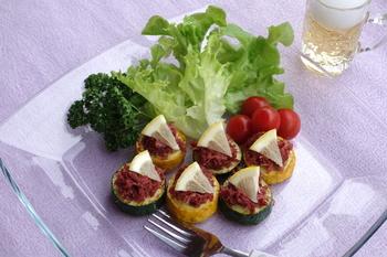 野菜も肉も一緒にとれちゃうレシピ。色違いのズッキーニを使えば、カラフルな色合いも楽しめますよ。