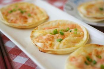 かりかり食感の餃子の皮を使って、お手軽に。明太子とチーズがマッチした優しい味わいです。