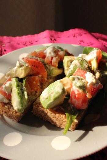 トマトとアボカドや、エビとアボカドという組み合わせも食パンベースのカナッペにはぴったりですよ。こちらはトマトとアボカドのレシピ♪水きりヨーグルトを使ったさっぱりめのレシピなので朝食にもおすすめ!