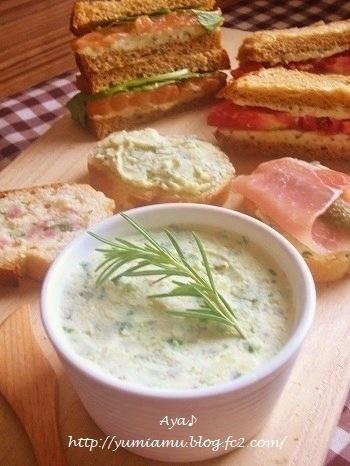 クリームチーズとじゃがいもを組み合わせた濃厚ディップは食パンにぴったり。サッと乗せて食パンを組み合わせて、サンドウィッチ風にしてみてもおいしくいただけますよ。