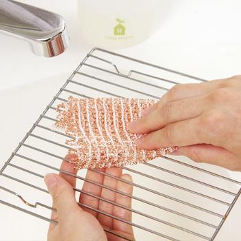 銅は金属の中でもやわらかい素材なので、このクロスでお鍋などをこすっても傷つけません。また、魚焼きグリルやトースターの網など、スポンジでは洗いにくい部分の焦げも、クロスタイプならすみずみまで届いてしっかり磨くことができます。