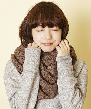 コートやセーターにマフラーをプラスするだけで、とっても秋冬らしいコーディネートになりますよね。 さりげなく首にかけたり、ボリュームがでる巻き方をしてみたり…。 これからの季節は色々な巻き方にチャレンジして、素敵な秋冬ファッションを楽しみましょう♪