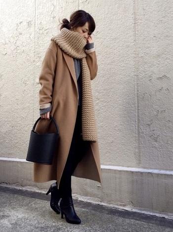 秋冬コーデを洗練された印象に仕上げてくれる「シンプルクロス」。片方を肩に掛けるだけのシンプルな巻き方ですが、着こなしに上品さと華やかさがプラスされます。今季注目のざっくり編まれたニットマフラーは、さらっと巻くだけで今年らしい雰囲気に♪