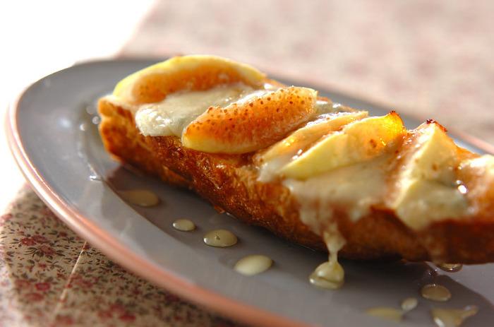 半分にカットしたバゲットに、ゴルゴンゾーラチーズとイチジクを乗せて焼いたら、はちみつをまわしかけて。おしゃれな大人の味です♪