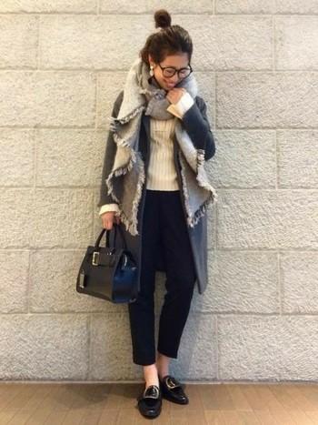 コートの上からさらっとラフに巻いた、大人な着こなしがお洒落なモノトーンコーデ。ボリュームのあるマフラーやストールを合わせることで、カチッとしたチェスターコートに女性らしさがプラスされます♪