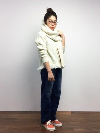 旬のホワイトニット×白いマフラーがキュートなコーディネート!ニットとマフラーを同色で合わせた、抜群に今っぽい着こなしが素敵ですよね。少しゆったりめのデニムも、ナチュラルな雰囲気でとってもオシャレ☆
