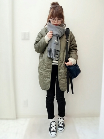 カーキのコート×ブラックデニムのボーイッシュな着こなしには、優しいグレーのマフラーで女の子らしさをプラス。首元のふんわり程よいボリューム感が、とっても可愛いですね♪