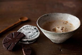 温かい飲み物を入れた器を両手で持つと、じんわりと熱が伝わって心がやわらかくほどけてくる。そんな体験をすることができるのがカフェオレという器です。