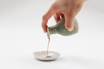 醤油さしから適量のお醤油を出すのは案外難しいですよね。でも、こちらのコトリを使えば、すっと出したい量だけをきれいに出すことができるんです。和食には欠かせないお醤油ですから、大切に使っていきたいですね。