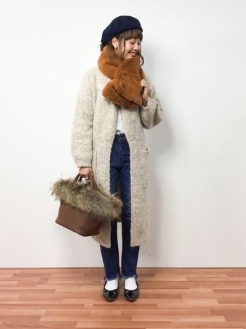ファーバッグ×ファーマフラーがとってもキュートなコーディネート!ベージュとブラウンの上品な配色バランスも、女の子らしい雰囲気で素敵です。トレンドのポインテッドトゥパンプスや帽子など、お洒落な小物使いもさっそく真似したくなります♪