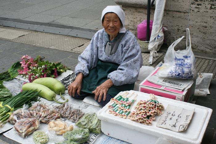 野菜などは周辺農家のおばちゃん、活きのいい魚貝・海草は漁師町の女衆が元気に声をかけてくれます。