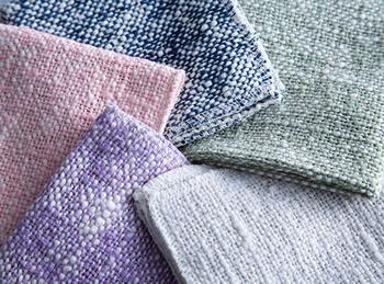 オーガニックコットンを染色したガラ紡の糸で作られたハンカチです。まずは肌触りのいいハンカチや赤ちゃんの沐浴用として使い、古くなってきたらふきん、そして最後は雑巾として長く使うことができます。