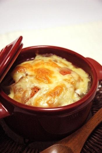 トマトの酸味が癖になるオニオングラタンスープです。一皿で体の芯からポカポカに。