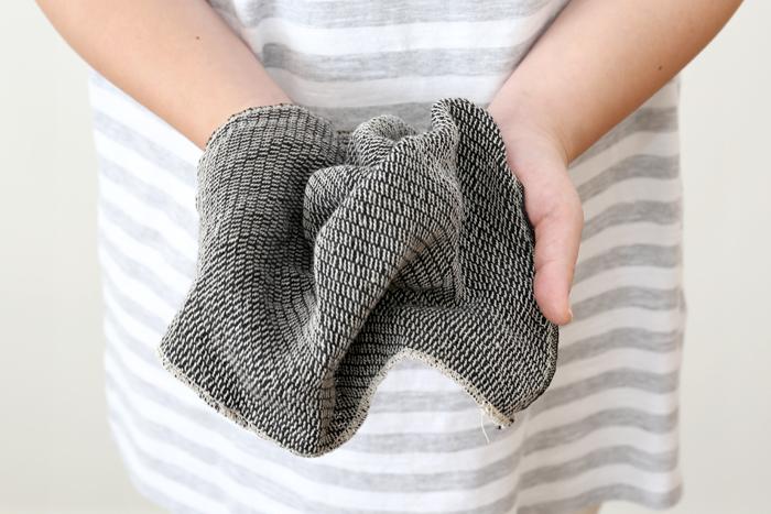 使い始めは多少繊維のケバが出るのですが、繰り返し洗ううちにケバも落ち着き、くったりと柔らかくなってどんどん使いやすさが増していきます。手触りが馴染むまでは鍋敷きやティーマットのように使ってもいいし、食器拭きとしてくたびれてきたら、台拭きや水まわりの掃除にも活用できますよ。