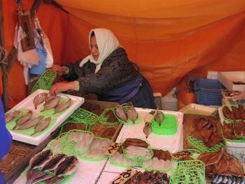 歴史は古く平安時代に神社の祭礼日に魚介類、野菜等を物々交換しあっていたのが輪島朝市の起源といわれています。